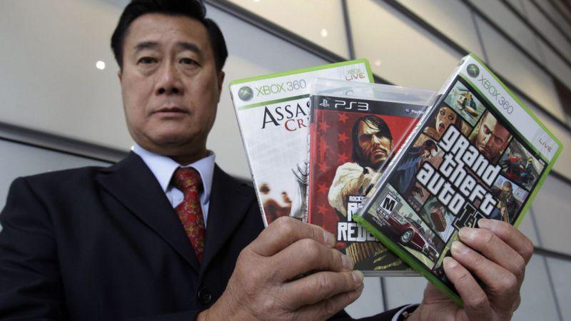 Un Senador Que Estaba En Contra De Los Video Juegos Violentos Va A