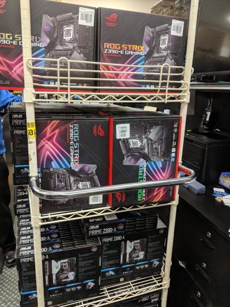 Estantes llenos de placas Z390 de Asus fueron vistos en una tienda.