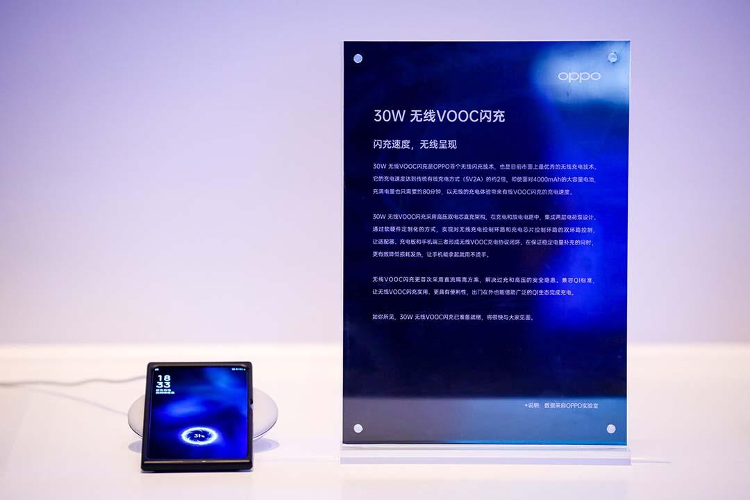 Oppo también presentó su tecnología Wireless VOOC Flash Charge que entrega hasta 30W de forma inalámbrica.